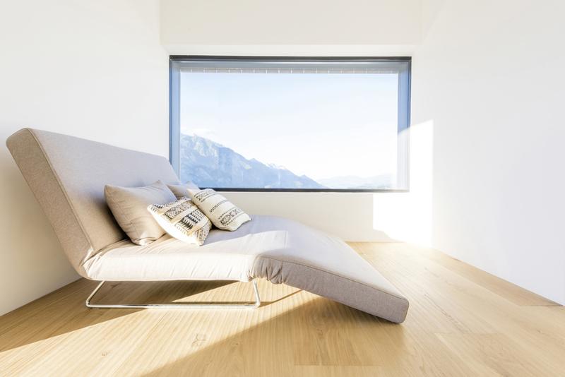 Wohnzimmer mit Fenster und Sofa